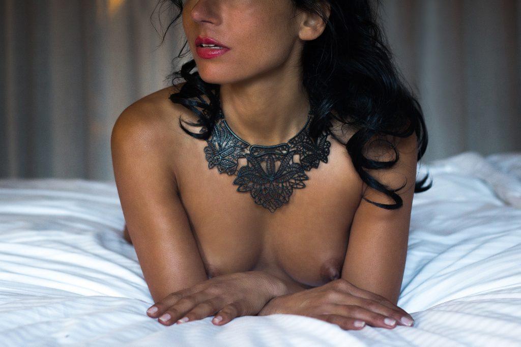 nude sexy masseuse